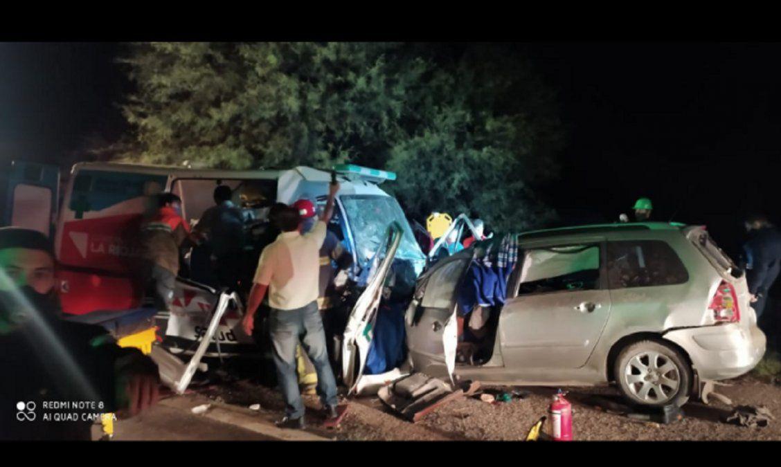 Una ambulancia chocó de frente con un auto: hubo 8 muertos y dos heridos graves