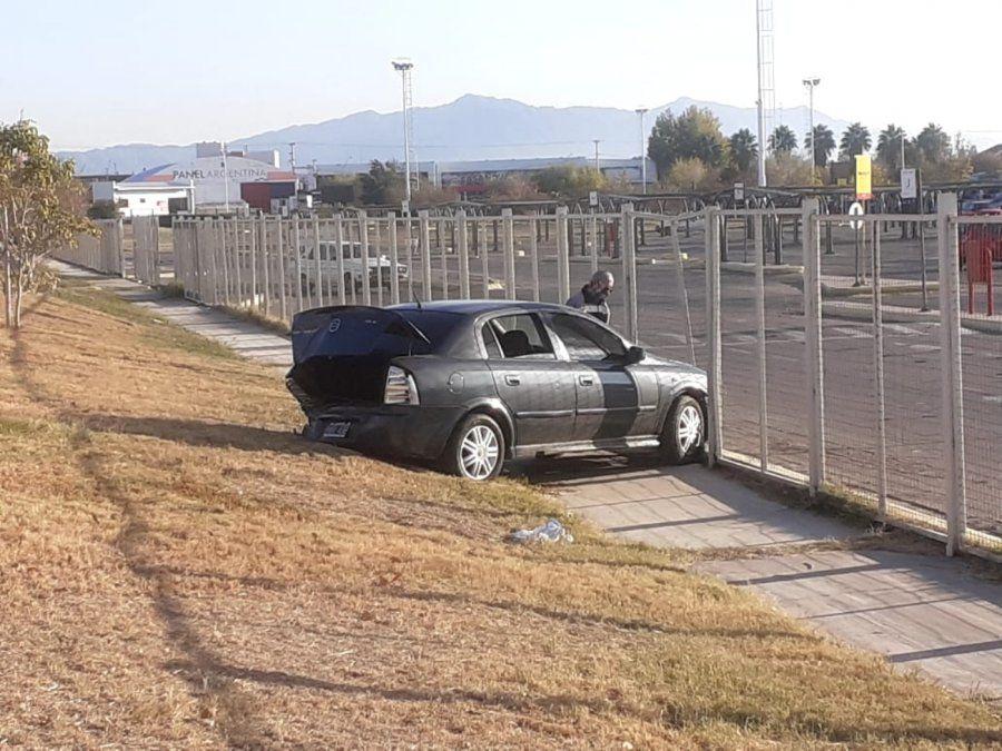 Chocó contra un auto estacionado que fue a parar a las rejas del Híper