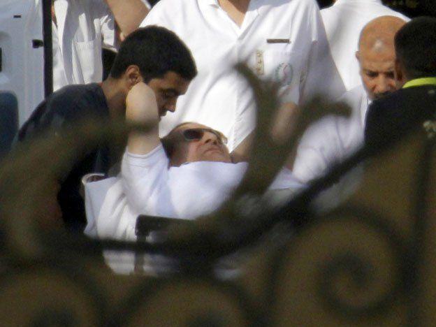 Mubarak salió de la cárcel y fue trasladado a un hospital militar