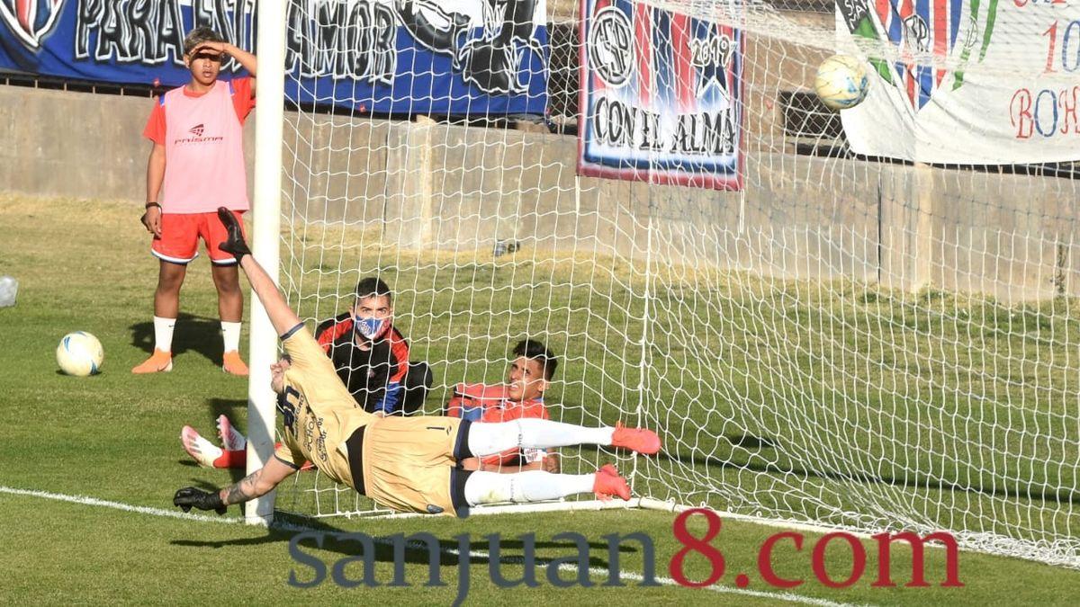 Peñarol ganó en el Bicentenario y quedó en el octavo lugar de las posiciones del Federal A. Foto: Adrián Carrizo.