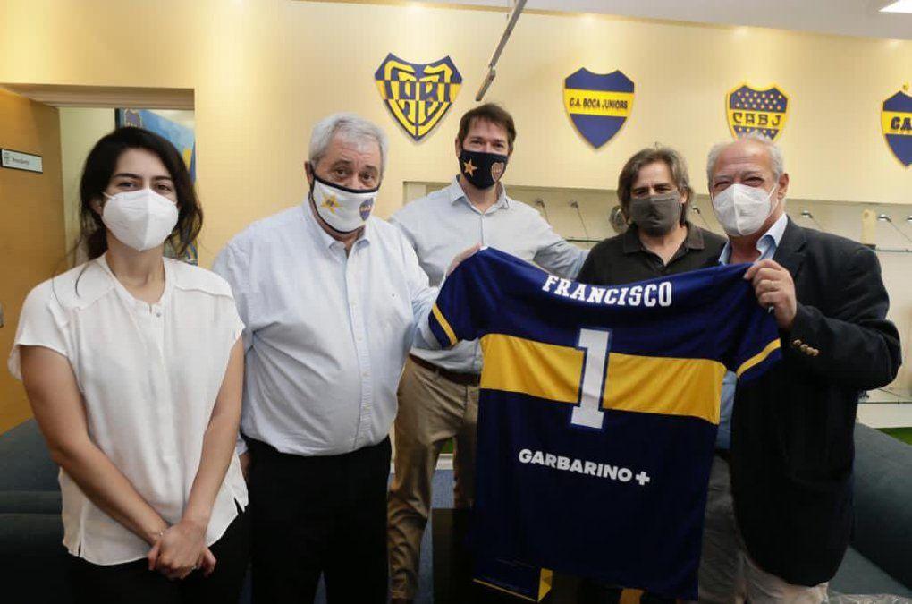 Los dirigentes de Boca posando con una camiseta dedicada al Papa Francisco.