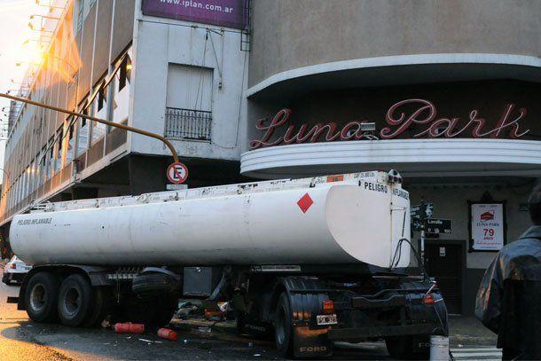 Capital Federal: un camión se incrustó en el Luna Park