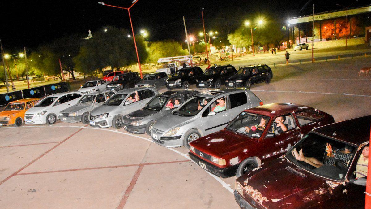La primera noche del autocine en San Martín fue un éxito