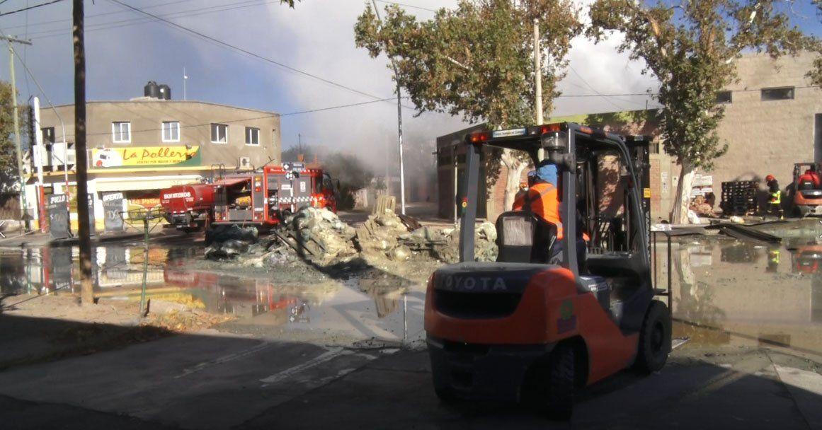El día después del incendio, inspeccionaron y removieron los residuos de la empresa