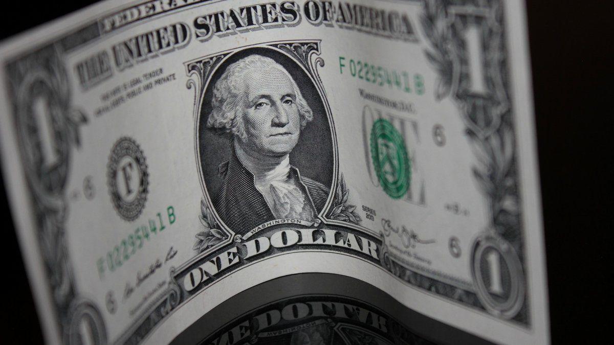 El dólar cerró en $ 101,35 y acumuló un incremento de 16 centavos en la semana