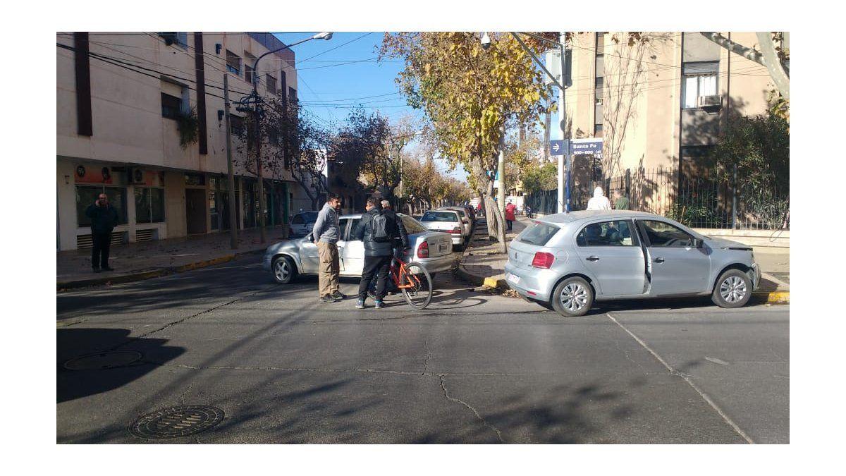 La mala costumbre de estacionar sobre la vereda » EL