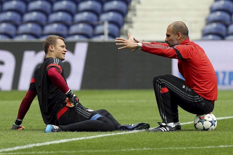 ¿Qué? Revelaron que Guardiola casi puso al arquero Neuer de volante en el Bayern
