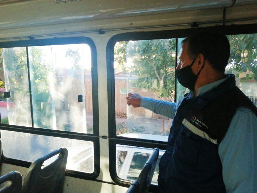 Es obligatorio viajar con las ventanillas abiertas. Los pasajeros las cierran por el frío.