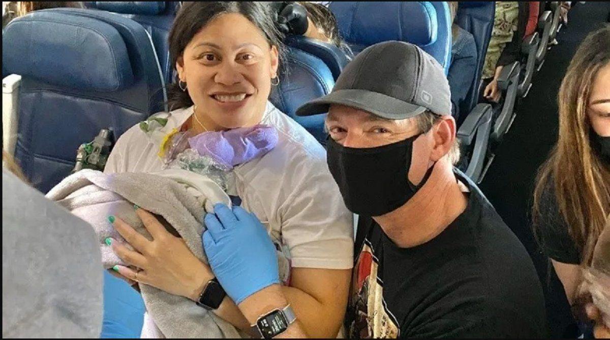Dio a luz en un avión sin saber que estaba embarazada