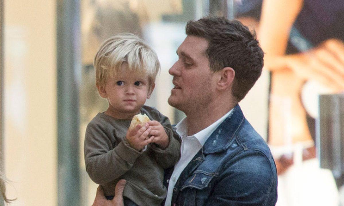 Michael Bublé junto a su hijo Noah.