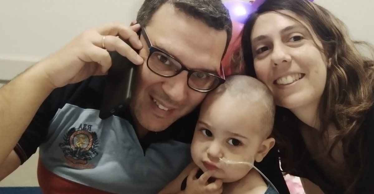 La pequeña MarÏa Cecilia junto a sus padres en el Hospital Italiano.