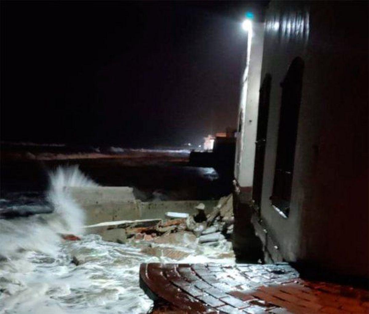 Las olas derrumbaron una casa en Mar del Tuyú