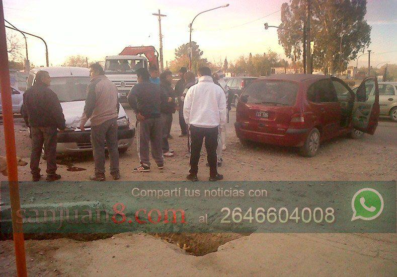 Un lector envió imágenes de un violento accidente de tránsito en Chimbas