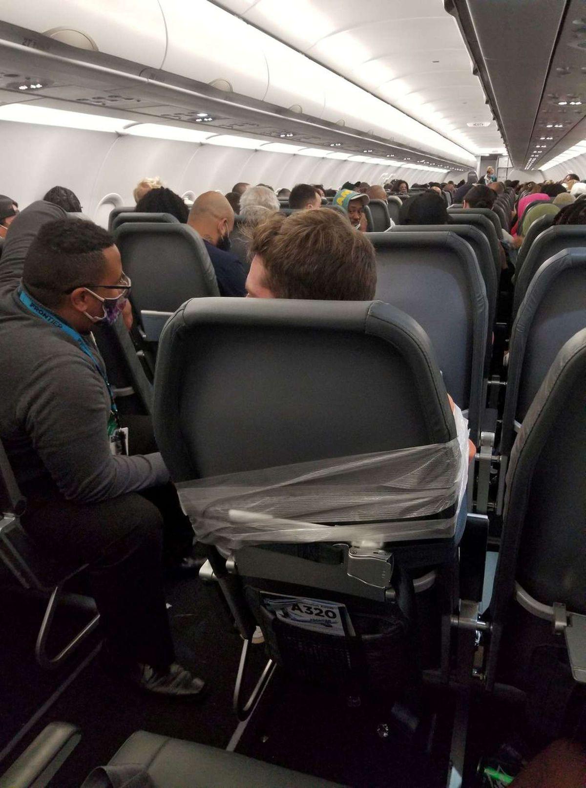 Acosó y manoseó a las azafatas en pleno vuelo y la tripulación lo ató con cinta