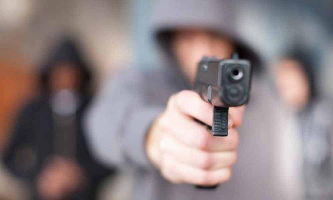 Cinco delincuentes armados asaltaron a dos familias.