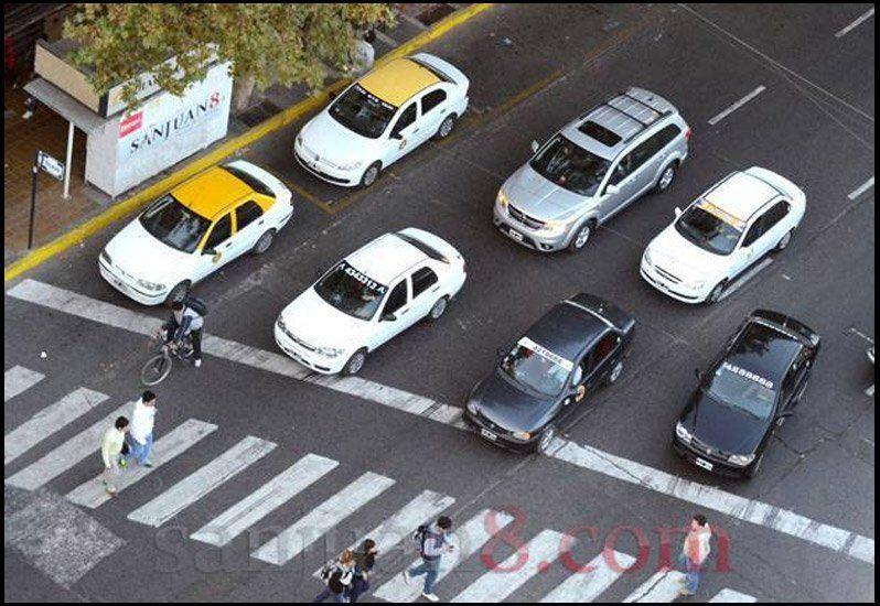 Desde el domingo se incrementa la bajada de bandera en taxis y remises