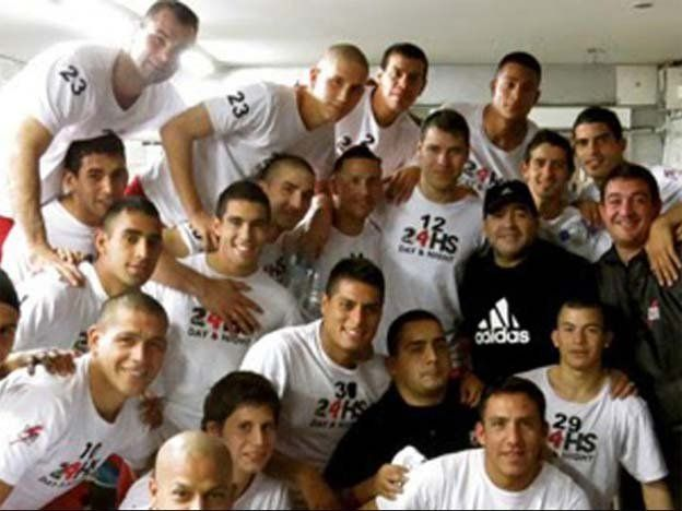 Diego visitó a los jugadores del Deportivo Riestra de la Primera D