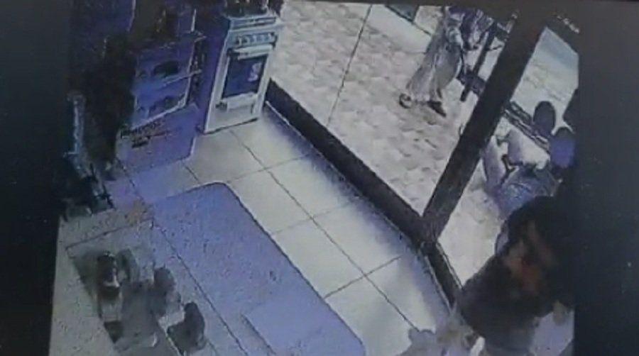 Quisieron robar un celular de un comercio y hasta le gatillaron con un arma al dueño del lugar