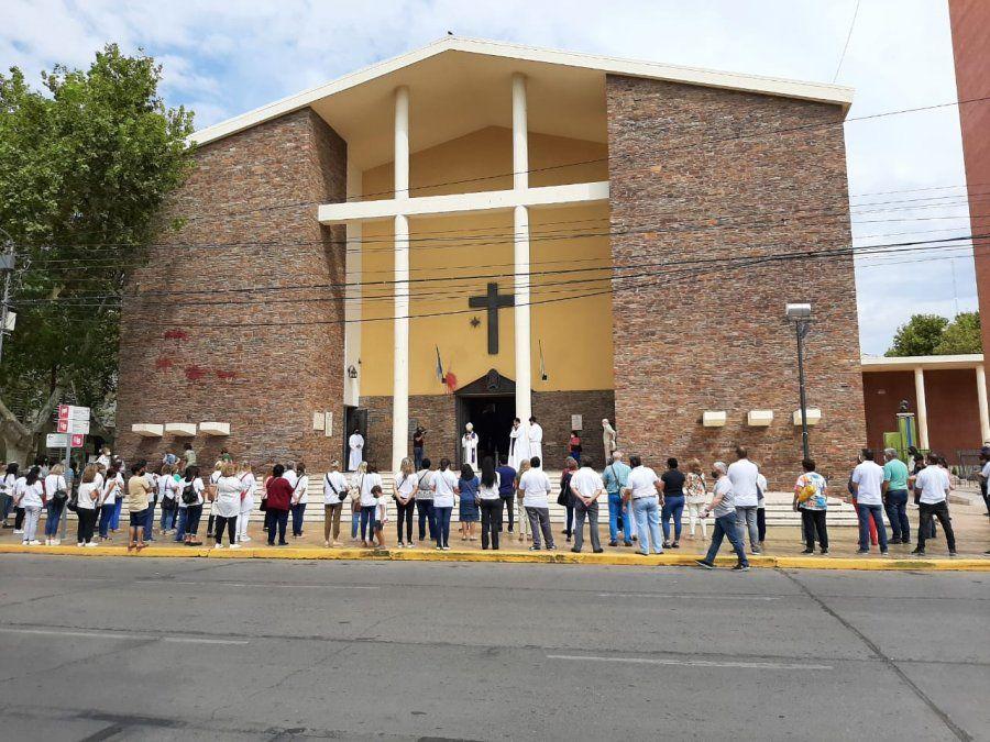 La Iglesia organizó un abrazo simbólico en repudio a las pintadas