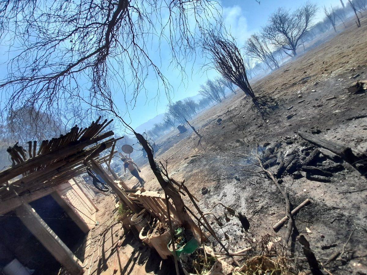 Carpintería: un voraz incendio de pastizales alcanzó a dos casas