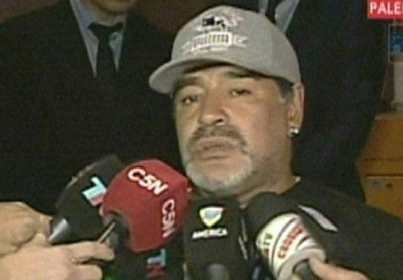 Maradona llegó al país y le pidió a los argentinos que recen por su padre