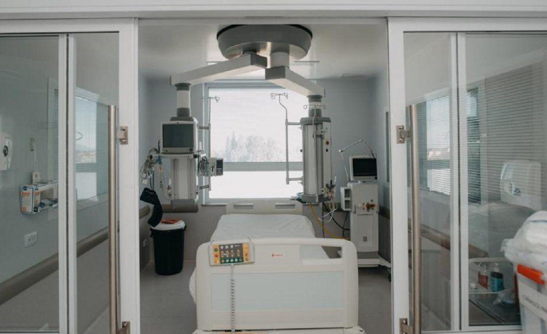 Una de las camas a disposicón del sector Covid-19 del Hospital Rawson.