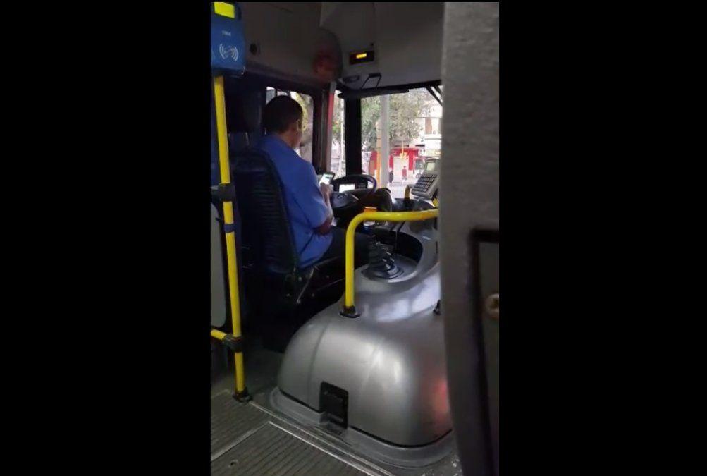 Grabaron a un colectivero usando el celular mientras conducía