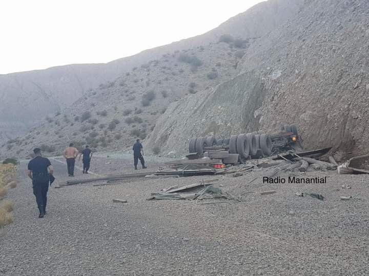 Un camionero que transportaba hierro volcó y se salvó de milagro por una vía de escape