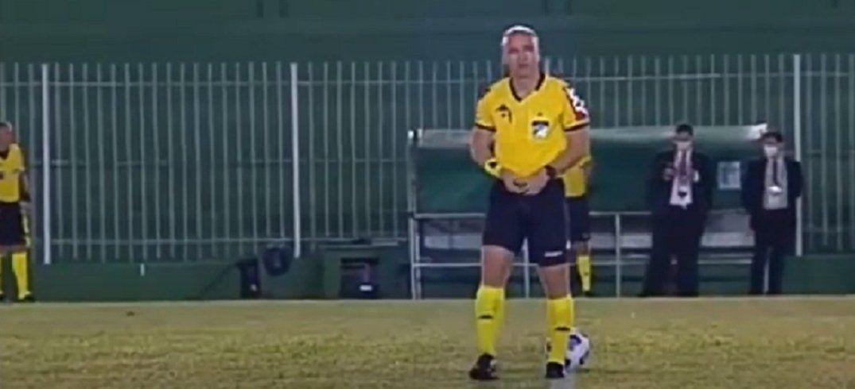 El árbitro no pudo contenarse y se orinó antes de empezar el partido.