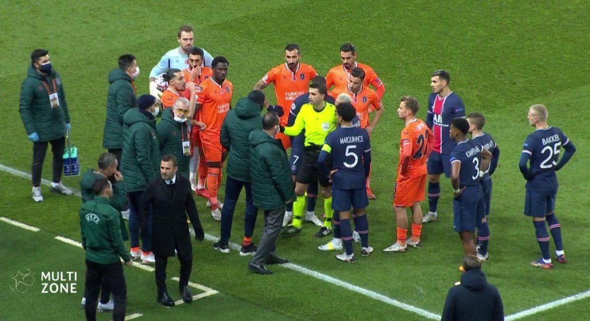 El duelo de PSG e Istambul se suspendió por un comentario racista del cuarto árbitro.