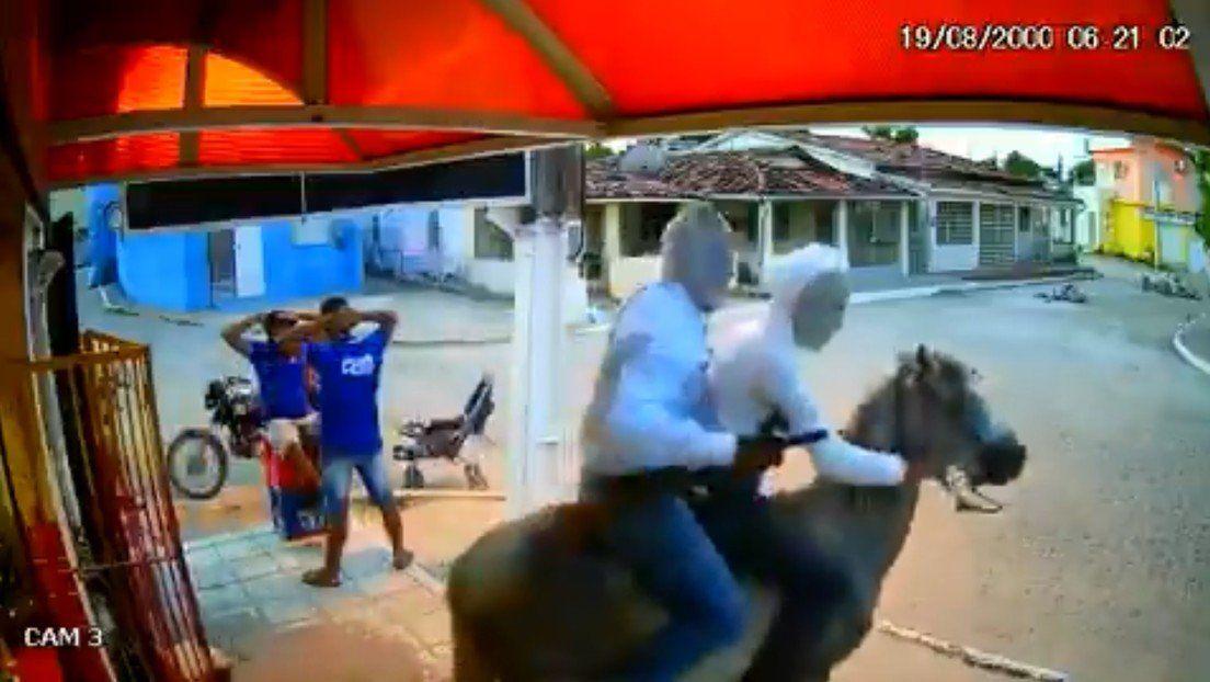 Robaron vestidos de ninja y a caballo