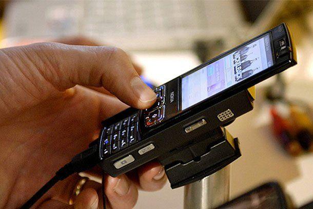 A partir de mayo no se podrá entrar a los bancos con teléfono celular