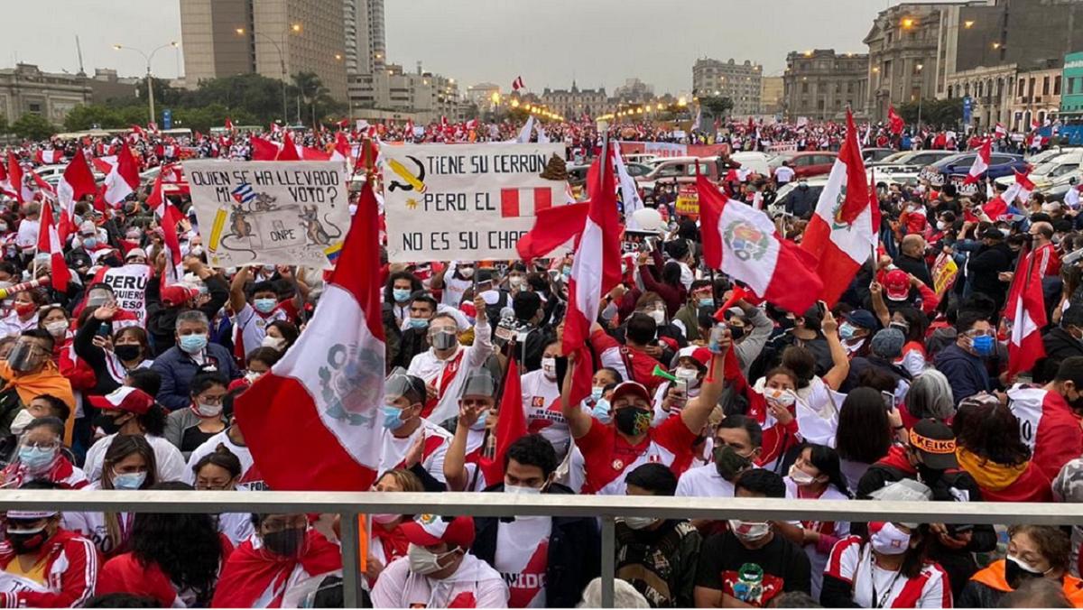 Se acerca el final del escrutinio y Perú salió a la calle