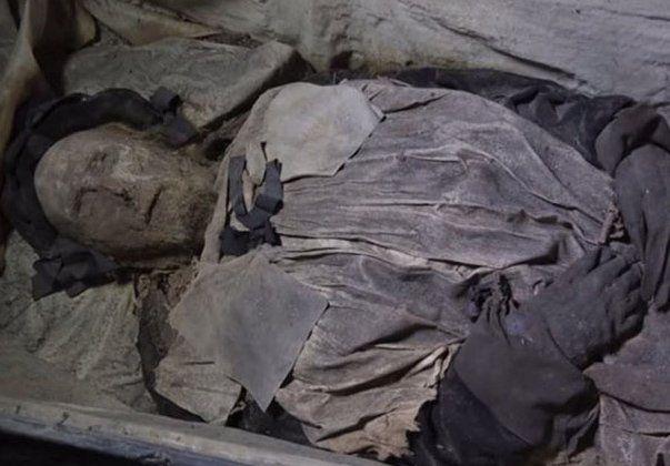 Hallaron restos de un obispo momificado con un bebé a su lado