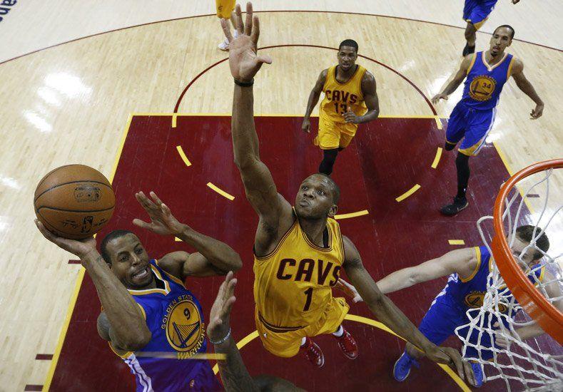 Golden State sacó pecho en Cleveland y empató la final de la NBA
