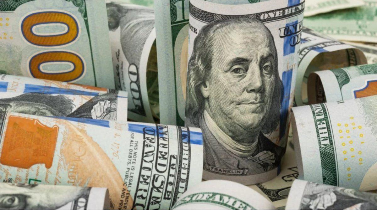 El dólar cerró a $97