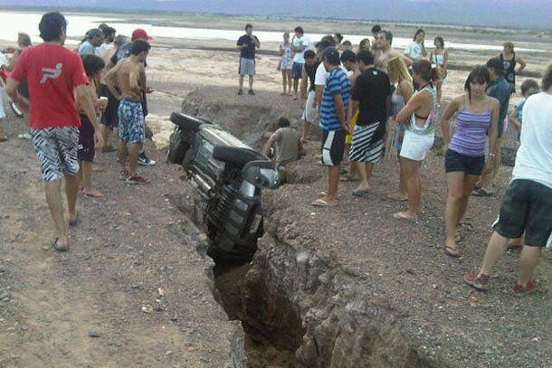 Imprudencia: salió del dique de Ullum y cayó con su camioneta en una zanja