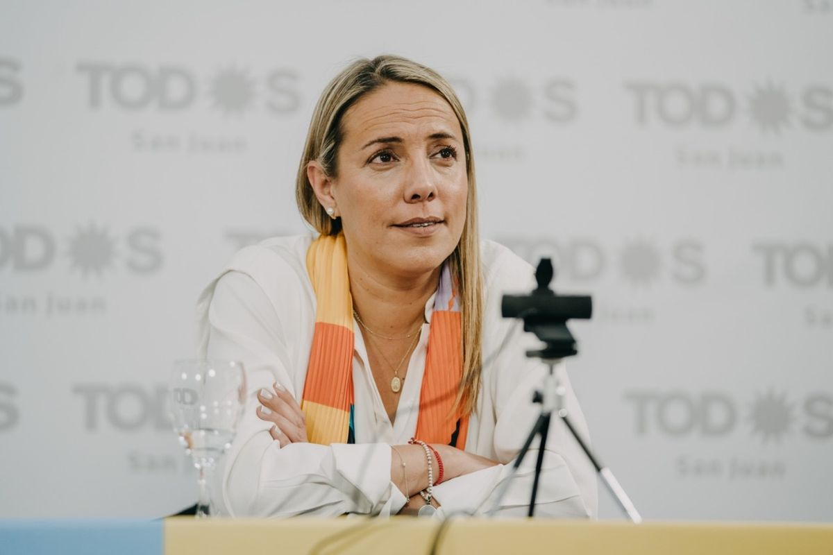 Fabiola Aubone siguiendo de cerca el cierre de campaña del Frente de Todos en Buenos Aires.