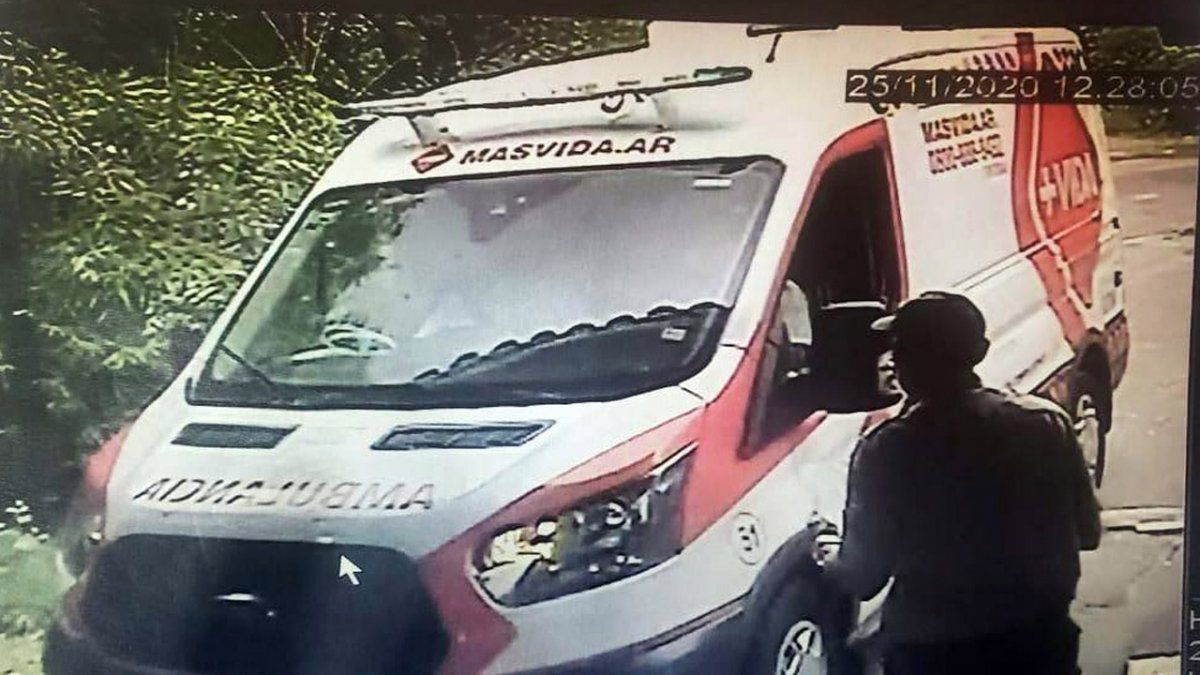 Una de las ambulancias que llegaron para asistir a Maradona.