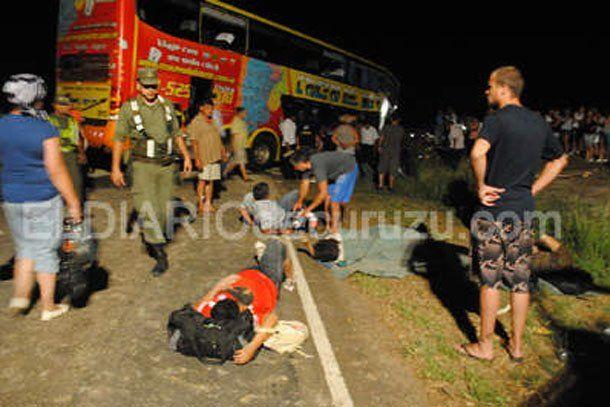 Corrientes: 8 muertos y más de 30 heridos en choque frontal entre colectivo y camión