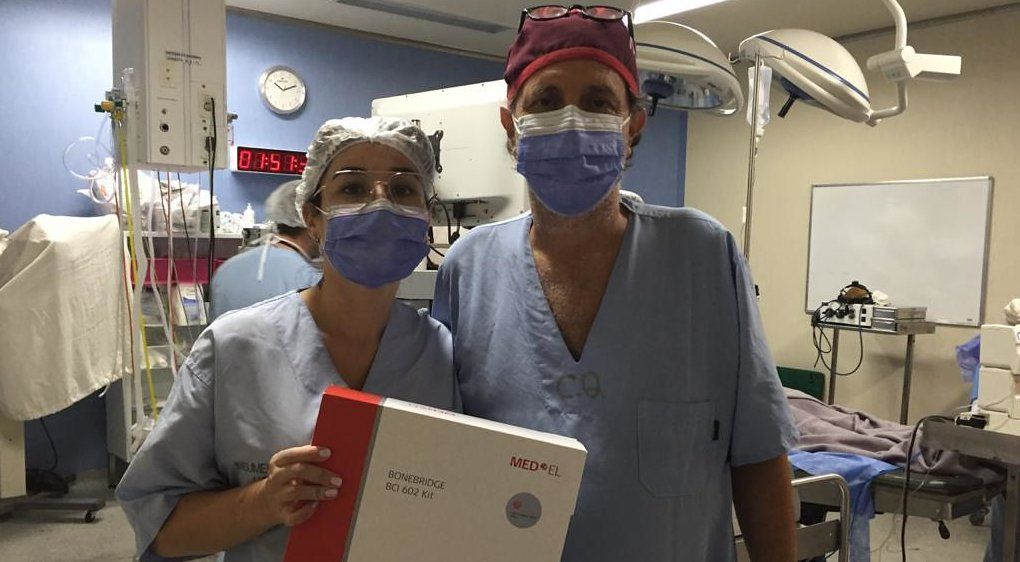 Realizaron una cirugía de colocación de implante de conducción ósea