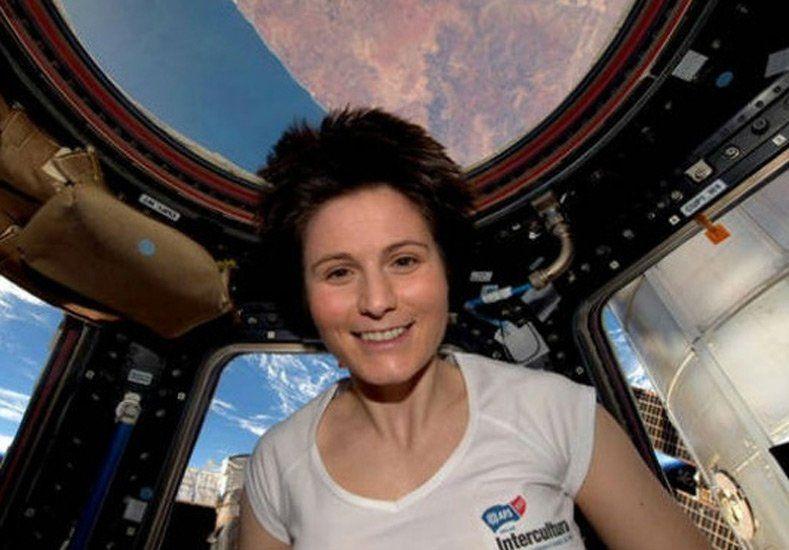 Una astronauta italiana rompe récord de vuelo orbital