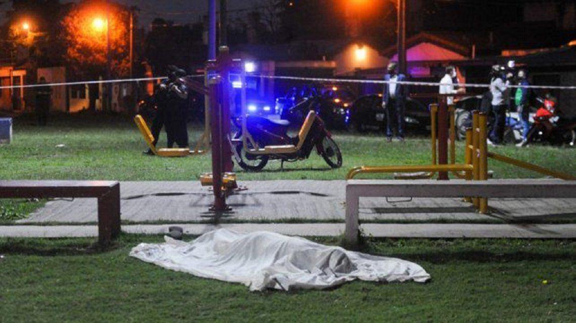 Asesinaron a balazos un hombre mientras jugaba con su hijo de 4 años en una plaza