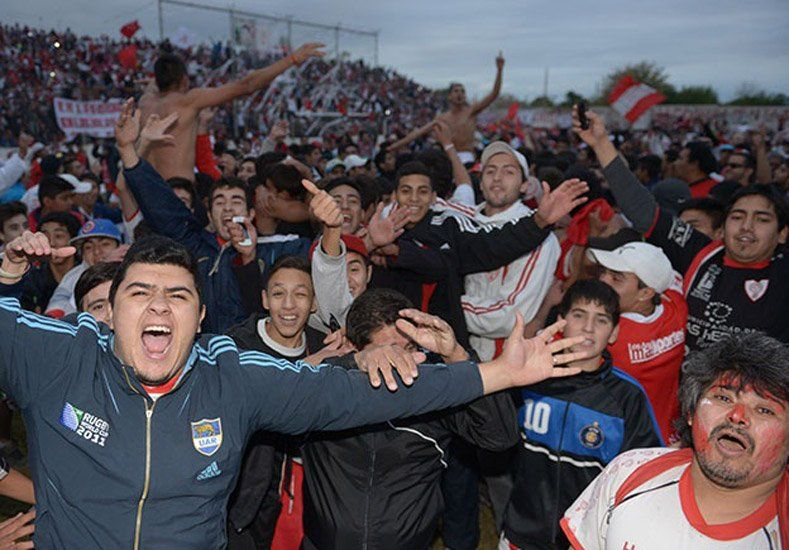 Previa violenta: Hinchas de Huracán Las Heras secuestraron un micro para venir al partido ante Boca