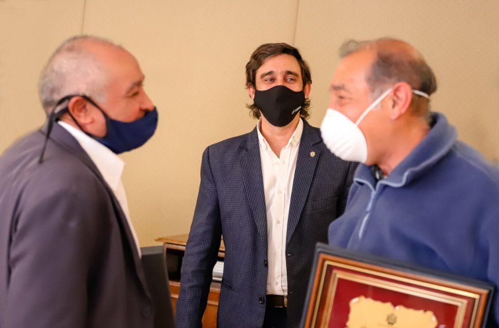 Baistrocchi agasajó a dos trabajadores que brindaron más de 40 años de servicio al Municipio
