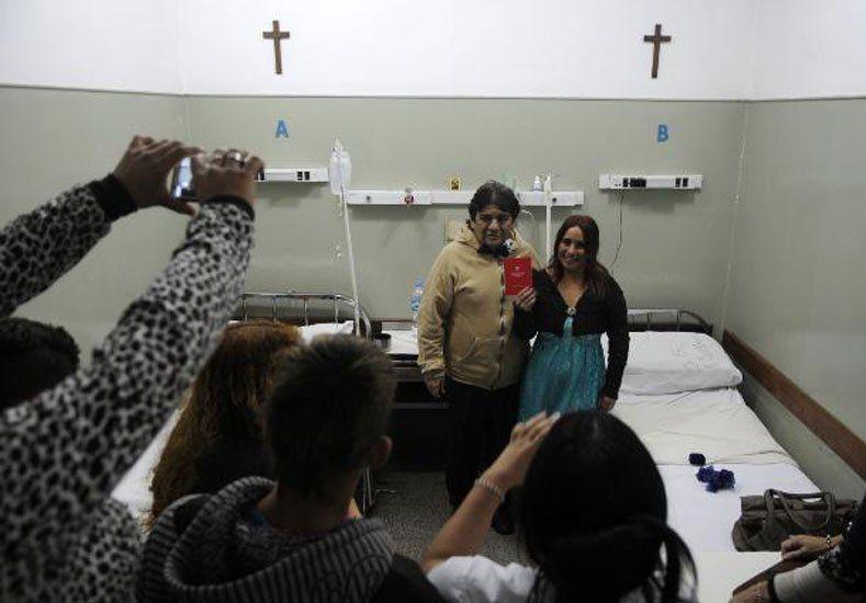Dos santafesinos se casaron en el hospital donde él espera ser operado del corazón