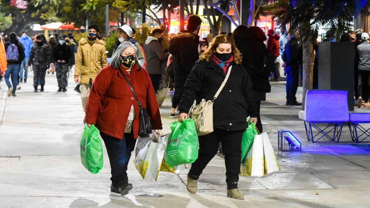 El centro se llenó de gente con las compras del Día del Padre