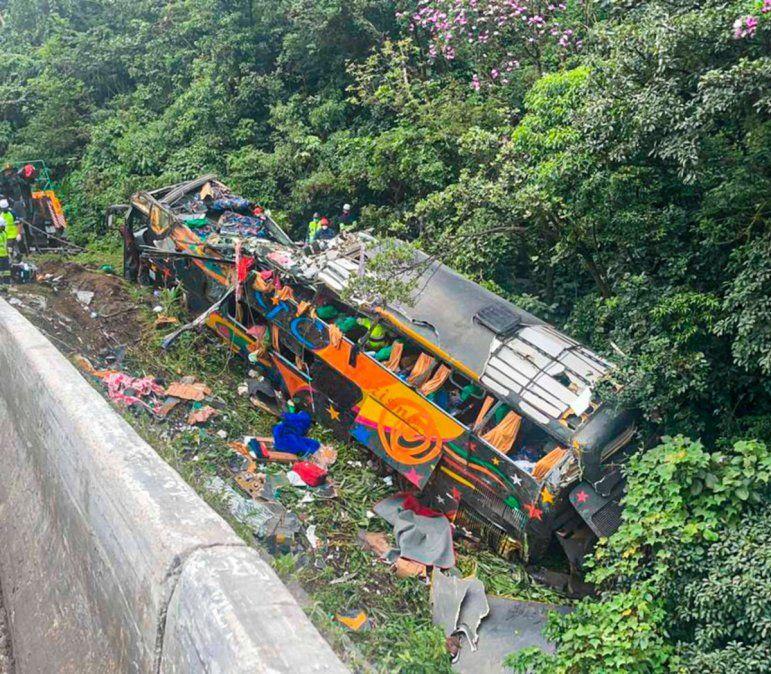 El vuelco de un micro en Brasil dejó 21 muertos.