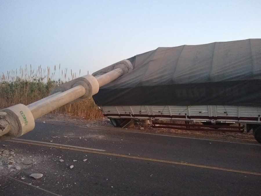 Se desprendió el acoplado de un camión y tiró un poste de luz