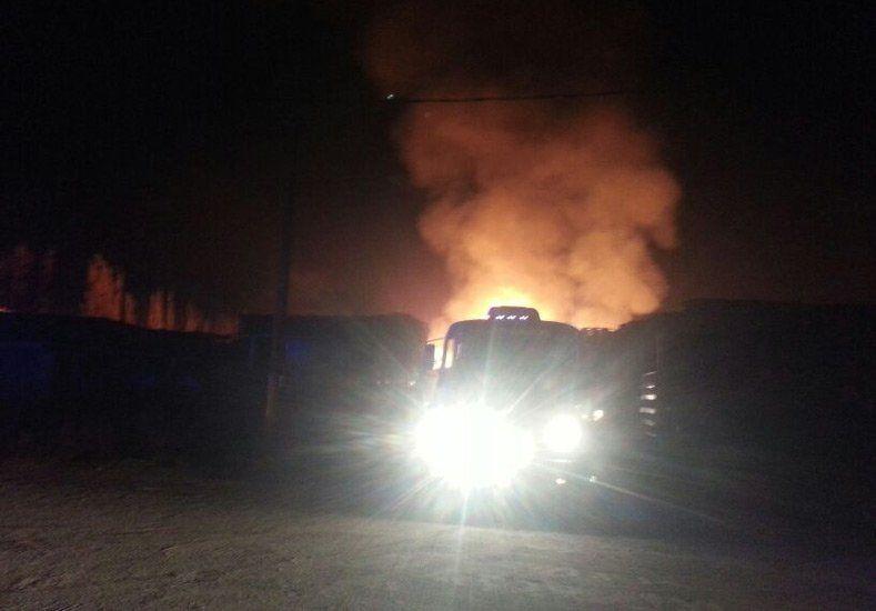 Una fábrica de palets, al lado del super Yaguar, se prendió fuego